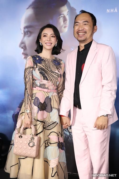 Chị Mười Ba Thu Trang nền nã, dịu dàng đến chúc mừng vai diễn kẻ sát nhân của ông xã Tiến Luật.
