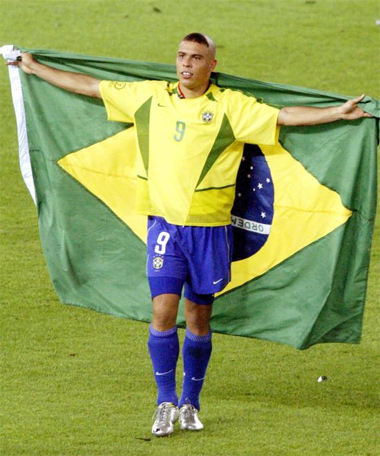 Ronaldo với kiểu tóc gây sốt tại World Cup 2002. Ảnh: AP.
