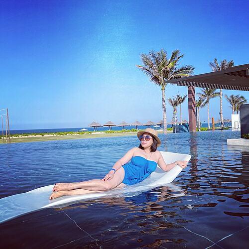 Nghệ sĩ Việt Hương thư giãn khi đi nghỉ dưỡng cùng chồng con.
