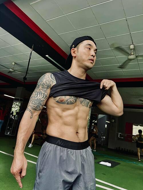 Ưng Hoàng Phúc nỗ lực tập gym để giữ sức khoẻ và có cơ bụng 6 múi.