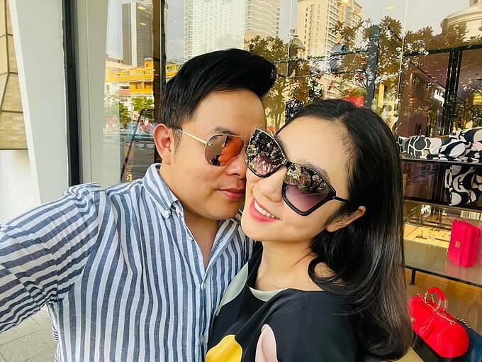 Khoảnh khắc tình tứ của ca sĩ Quang Lê bên Hà Thanh Xuân khiến nhiều khán giả hiểu lầm và khen đẹp đôi.
