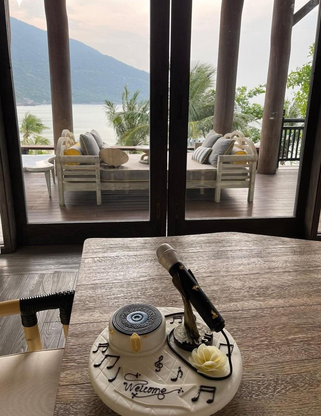 Khu nghỉ tọa lạc trên bán đảo Sơn Trà, nằm biệt lập, rất yên tĩnh. Đôi tình nhân nghỉ trong một villa có ban công nhìn ra đại dương.