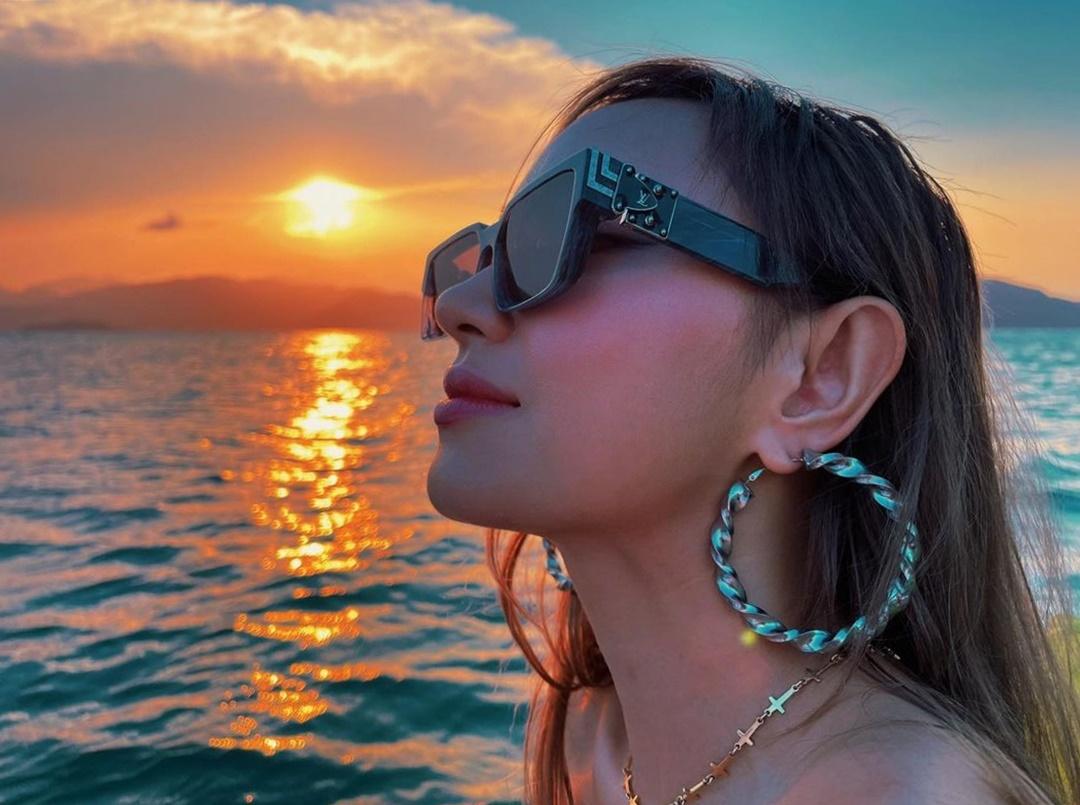 Châu Bùi vừa trở về từ chuyến du hí Khánh Hòa hồi cuối tháng 3. Nữ người mẫu chia sẻ bức ảnh chụp dưới ánh mặt trời trong khu nghỉ dưỡng cao cấp, nói rằng chưa có chuyến đi nào cô chụp hình nhiều như vậy.