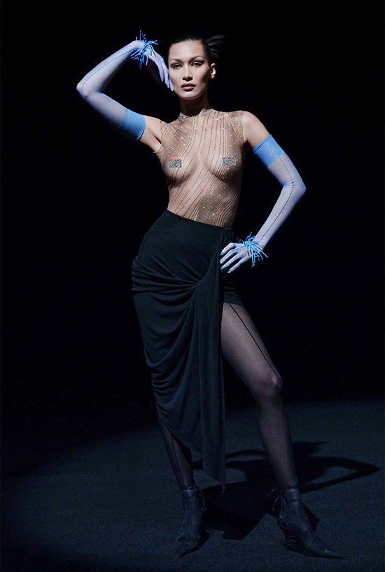 Đóng vai trò quan trọng nhất trong dàn mẫu lần này, Bella Hadid diện áo trong suốt, để lộ trọn vẹn vòng một đầy đặn.