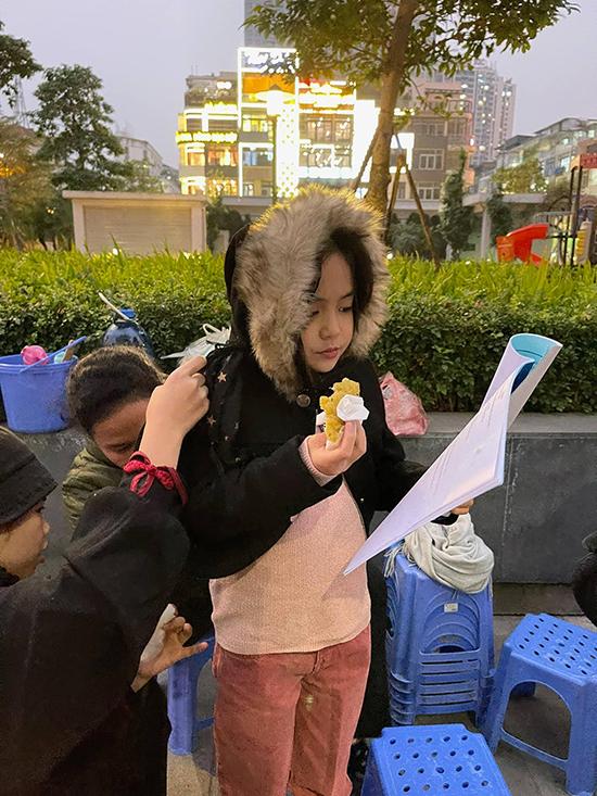 Trên phim trường, Chu Diệp Anh cũng gây ấn tượng với đoàn phim bởi sự chuyên nghiệp và cầu thị. Mới gần 10 tuổi nhưng sao nhí đã có khả năng học thoại rất nhanh, chỉ cần tập vài lần là diễn trơn tru với các diễn viên kỳ cựu.