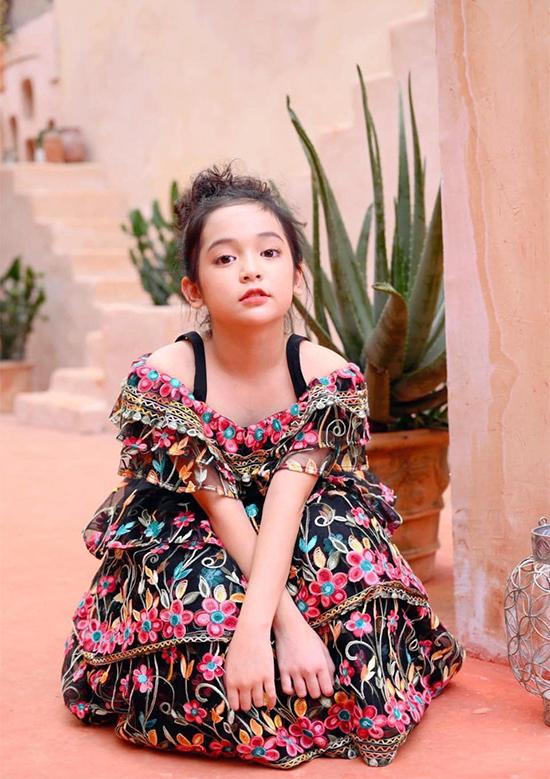 Diễn viên nhí năm nay 10 tuổi, cao 1,33 mét. Cô bé luôn có mẹ đồng hành trong mọi hoạt động nghệ thuật như đóng phim, đóng quảng cáo, diễn thời trang, làm mẫu ảnh...