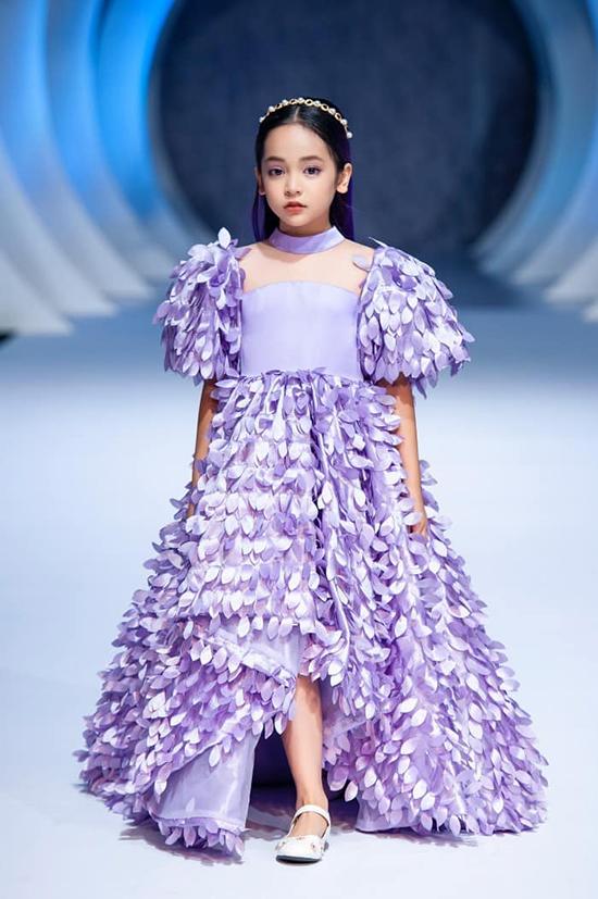 Chu Diệp Anh sải bước trong show diễn của nhà thiết kế Thảo Nguyễn hồi giữa năm 2020.