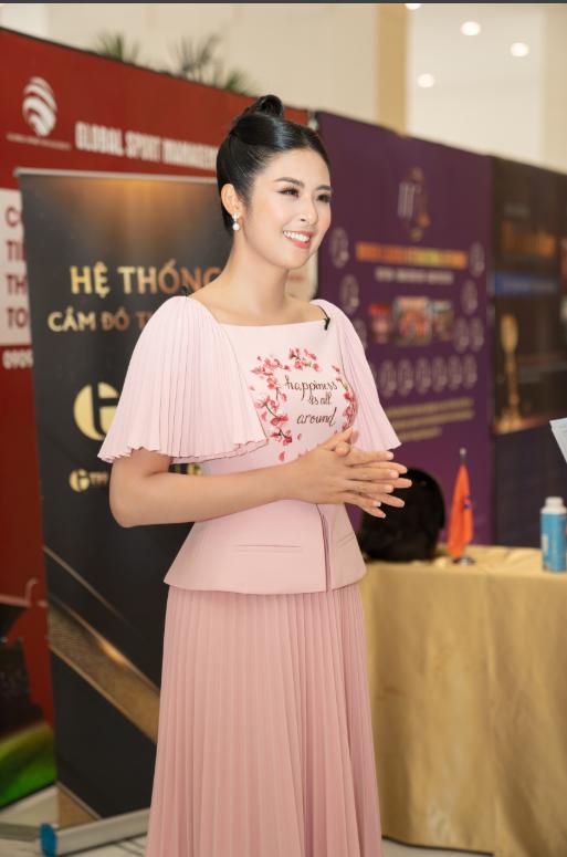 gọc Hân tự tin xuất hiện tại sự kiện trong trang phục do nhà thiết kế Lê Thanh Hòa thực hiện.