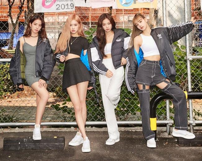 Lisa (ngoài cùng bên phải) cùng nhóm Blackpink quảng cáo cho Adidas.