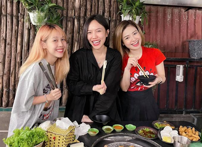 Diệu Nhi hẹn hò ăn uống với Hậu Hoàng và Dương Hoàng Yến khi ra Bắc.