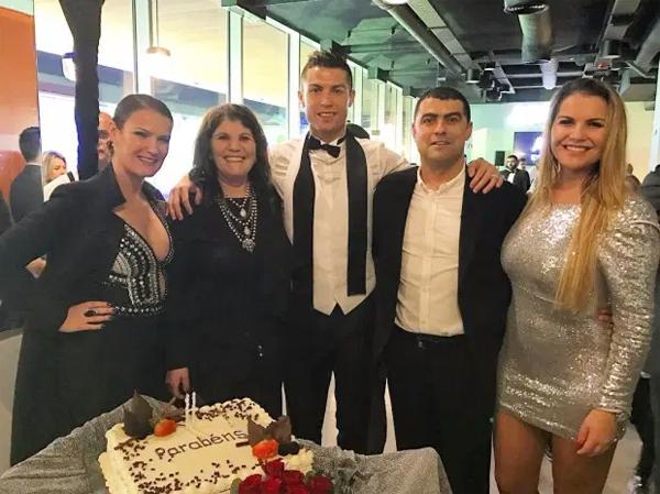 C. Ronaldo bên mẹ, hai chị gái và anh trai. Ảnh: Instagram.