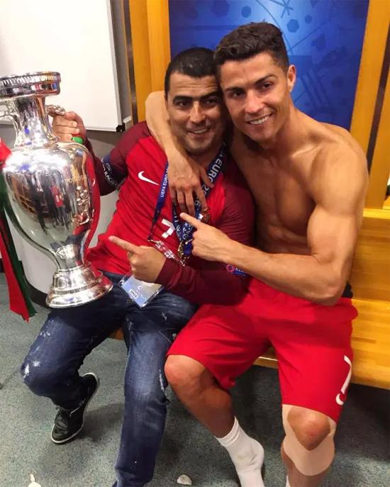 C. Ronaldo và anh trai Hugo mừng chức vô địch Euro 2016 cùng tuyển Bồ Đào Nha. Ảnh: Instagram.