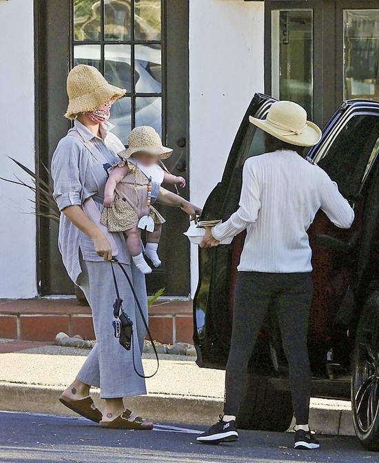 Ngôi sao nhạc pop mặc giản dị, xỏ dép lê và đội mũ ton sur ton với con gái.