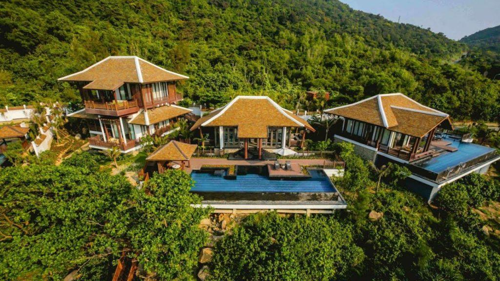 Giá phòng dao động từ 400 đến 3.000 USD/đêm (khoảng 9,2 - 69 triệu đồng), tùy loại phòng và mùa du lịch. Căn villa ba phòng ngủ rộng khoảng 1.000 m2, bao gồm hai bể bơi riêng và một sân thượng đầy nắng, có lối cầu thang gỗ riêng biệt, dẫn thẳng xuống bãi biển, xung quanh bao phủ bởi nhiều cây. Ở đây có nhà bếp, khu vực sinh hoạt ăn uống rộng rãi, cùng đội ngũ quản gia và tài xế riêng. Ngoài ra, du khách nghỉ tại resort được sử dụng phòng chờ riêng trong sân bay quốc tế Đà Nẵng.