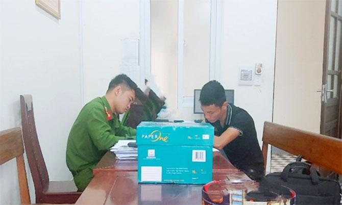 Nghi can Hòa (góc phải) tại cơ quan điều tra. Ảnh: Bảo Trung