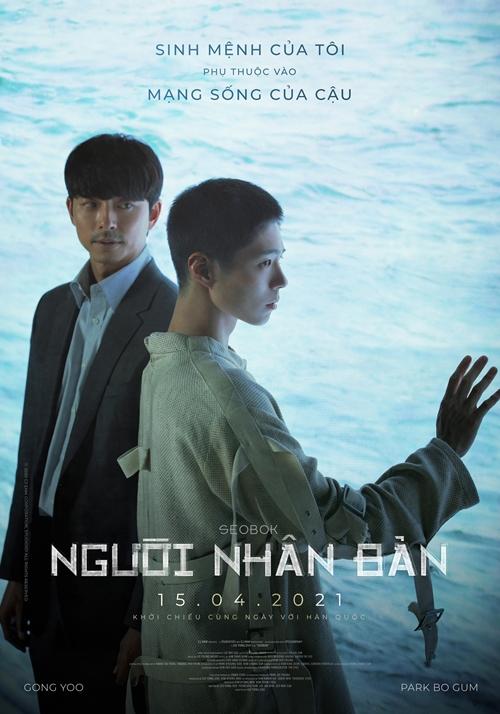 Sau thời gian dài bị trì hoãn vì Covid-19, phim hành động - giả tưởng Người nhân bản (Seo Bok) của điện ảnh Hàn Quốc ấn định ra rạp từ 15/4, mang đến màn kết hợp lần đầu tiên của bộ đôi nam thần Gong Yoo (trái) và Park Bo Gum. Gong Yoo đóng vai điệp viên Ki Hun. Trước khi quy ẩn giang hồ, anh nhận nhiệm vụ cuối cùng, đó là bảo vệ người nhân bản Seo Bok (Park Bo Gum đóng) an toàn trước sự săn lùng của các thế lực xấu.