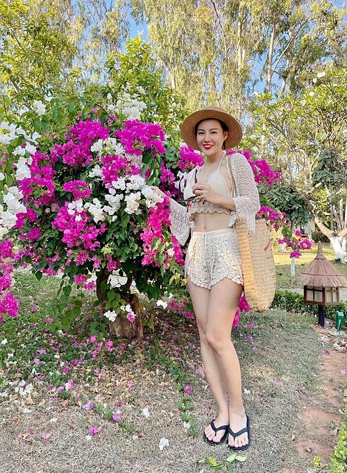 Diễn viên Thanh Hương tự tin khoe vòng hai không chút mỡ thừa trong chuyến du lịch nghỉ dưỡng. Cô được khen ngày càng trẻ trung, xinh đẹp.