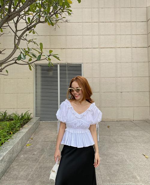 Chiếc áo với phần chiết eo nhẹ nhàng sẽ giúp phái đẹp gợi cảm và thanh lịch hơn khi đến văn phòng vào mùa nắng.