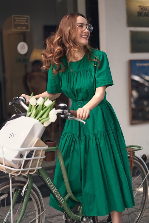 Váy xòe kết hợp cùng đai lưng vải tiệp màu dành cho các bạn gái chuộng phong cách cổ điển. Kiểu váy tôn nét tiểu thư này dễ mặc đi làm và đi dạo phố, thậm chí có thể diện đi du lịch vào dịp hè.