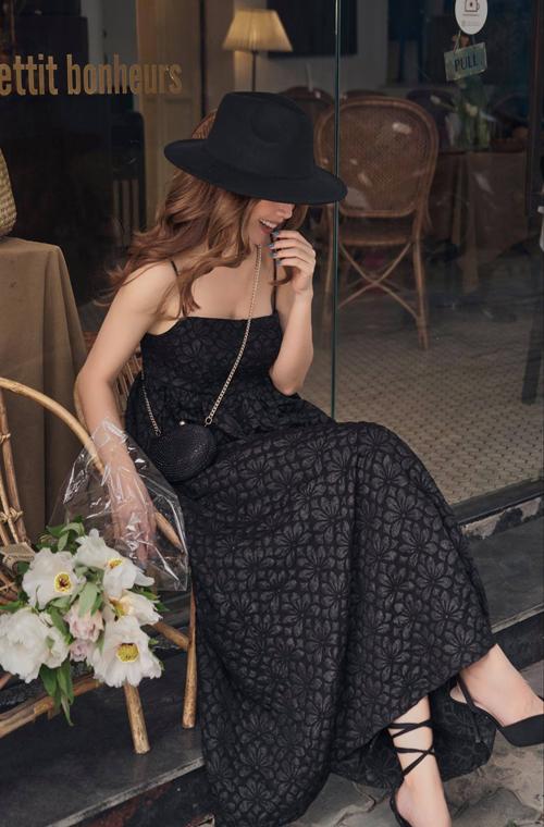 Túi mini, mũ rộng vành, giày cao gót trang trí dây quấn điệu đà được Yến Trang phối đồng điệu với đầm dạo phố.