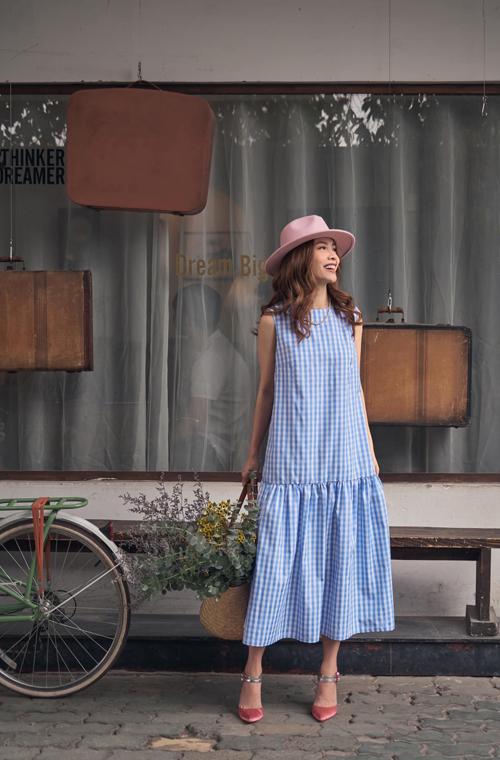 Váy hạ eo thiết kế trên vải cotton in họa tiết kẻ sọc ca rô phù hợp với nhiều vóc dáng.