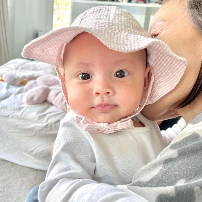 Cô bé đốn tim fan vì đôi mắt hai mí to tròn, môi chúm chím và má bánh bao. Em được mẹ diện mũ hồng thắt nơ để đi du lịch.
