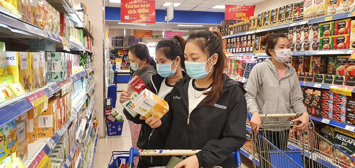 Khách hàng mua sắm tại một siêu thị Co.opmart. Ảnh: Co.opmart.