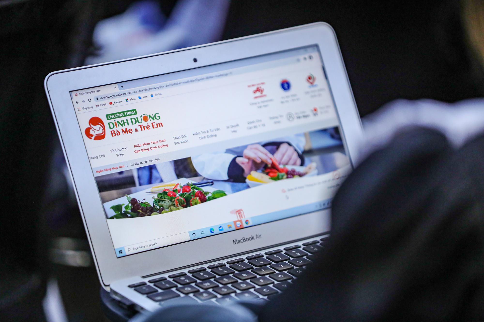 Phần mềm Xây dựng thực đơn cân bằng dinh dưỡng cho phụ nữ mang thai, bà mẹ cho con bú, trẻ từ 7 đến 60 tháng tuổi được Công ty Ajinomoto Việt Nam phối hợp với Vụ Sức khỏe Bà mẹ - Trẻ em xây dựng dưới sự tư vấn, hướng dẫn, đánh giá, thẩm định chuyên môn về dinh dưỡng của Viện Dinh dưỡng quốc gia, từ tháng 5/2018. Sau gần 3 năm nghiên cứu và phát triển, phần mềm đã được phê duyệt ngay 30/11/2020. Hiện tại ngân hàng thực đơn của phần mềm bao gồm hơn 1.300 món ăn và sẽ tiếp tục được phát triển phong phú lên đến hơn 2.500 món vào những năm tiếp theo. Các thực đơn đảm bảo không lặp lại, đáp ứng đủ về năng lượng, cân đối các chất dinh dưỡng, đa dạng thực phẩm, đáp ứng đủ nhu cầu canxi, rau và trái cây, phù hợp đặc tính sinh lý, khẩu vị vùng miền, ngon miệng và dễ dàng áp dụng.
