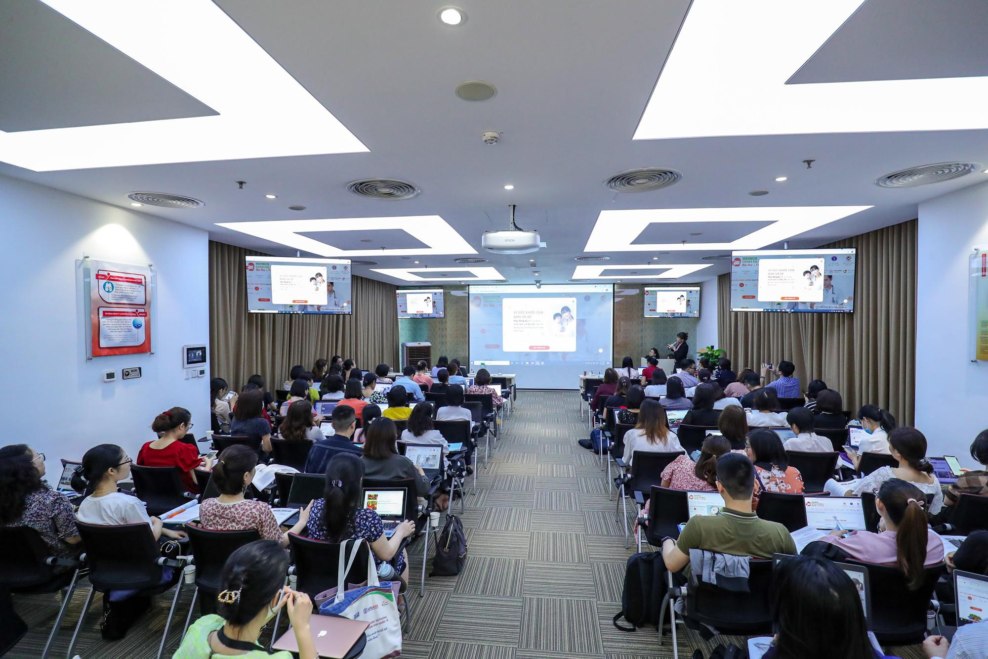 Buổi tập huấn ở Hà Nội (ngày 2/4) có sự góp mặt của gần 80 lãnh đạo, cán bộ y tế Sở Y tế Hà Nội, Trung tâm Kiểm soát nệnh tật thành phố Hà Nội, các bệnh viện bộ ngành, các bệnh viện công lập, tư thục và các đơn vị thuộc Sở Y tế Hà Nội. Sự kiện do Bộ Y tế phối hợp cùng Công ty Ajinomoto Việt Nam tổ chức. chị Phan Thị Gấm - cố vấn kỹ thuật của Công ty Ajinomoto Việt Nam chia sẻ với các lãnh đạo và cán bộ y tế chi tiết về phần mềm, hướng dẫn thao tác sử dụng từng chức năng và thực hành.