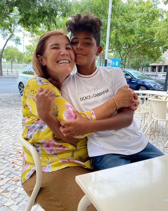Mẹ C. Ronaldo chăm sóc cậu nhóc Cristiano Jr từ ngày mới đẻ. Ảnh: Instagram.