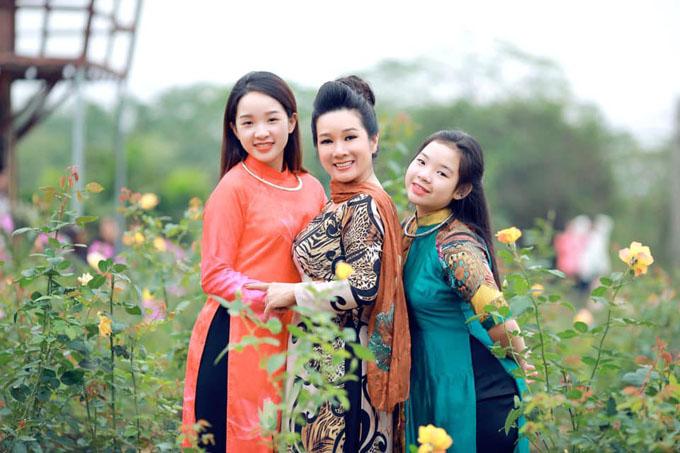 Khi Tú Linh còn ở Việt Nam, ba mẹ con rất thích chụp ảnh cùng nhau. Lúc dịch Covid-19 bùng phát tại Mỹ, nữ nghệ sĩ Thanh Thanh Hiền luôn duy trì liên lạc với con gái để cô không cảm thấy thiếu thốn về mặt tinh thần.