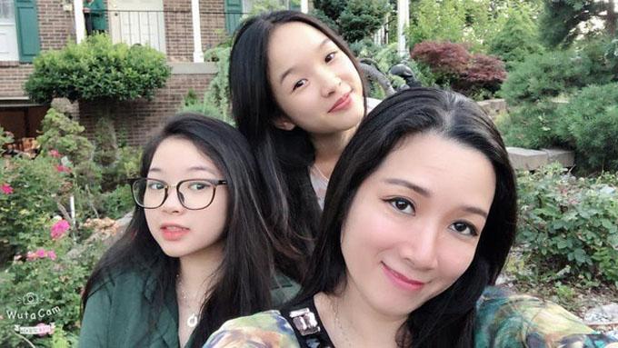 Hai chị em Tú Linh bên mẹ. Với cô gái trẻ, mẹ là người tâm lý, vui tính, có nhân cách cao cả. Càng trưởng thành tôi càng nhận ra bản thân học hỏi được nhiều điều từ mẹ, 9X từng tiết lộ.