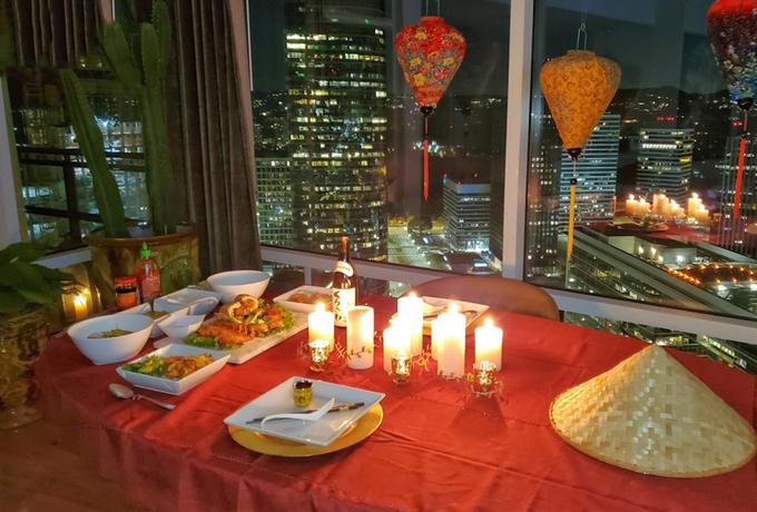 Rapper Jeezy nấu bữa tối và trang trí không gian bữa ăn kiểu Việt Nam khi cầu hôn Mai.