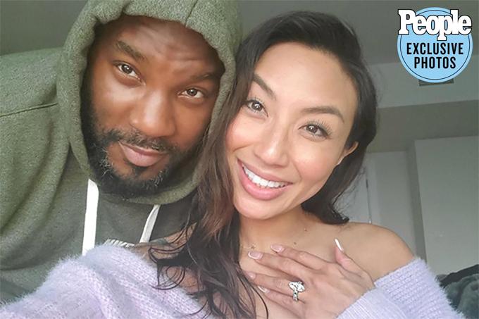 Jeannie Mai khoe nhẫn đính hôn.