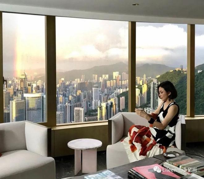 Quan Chi Lâm trong căn hộ của cô ở Hong Kong.