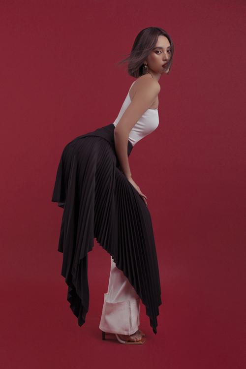 Các bộ trang phục mang hai màu chủ đạo. đen và trắng. Theo stylist, đây là hai sắc thái kinh điển biểu trưng cho sự thanh thoát, tinh tế và quyến rũ.