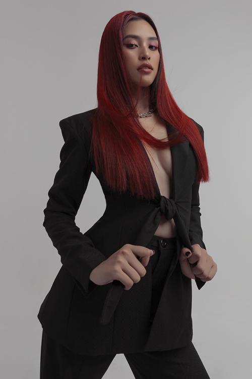 Kiểu tóc của người đẹp trong bộ ảnh này cũng là một điểm nhấn thú vị. Bộ suit phong cách menswear không diện bra với tóc đỏ ma mị,