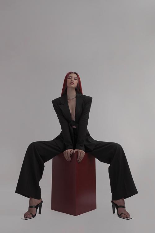 Bộ ảnh được sản xuất bởi stylist Kelbin Lei với những mẫu trang phục cho chính anh thiết kế.