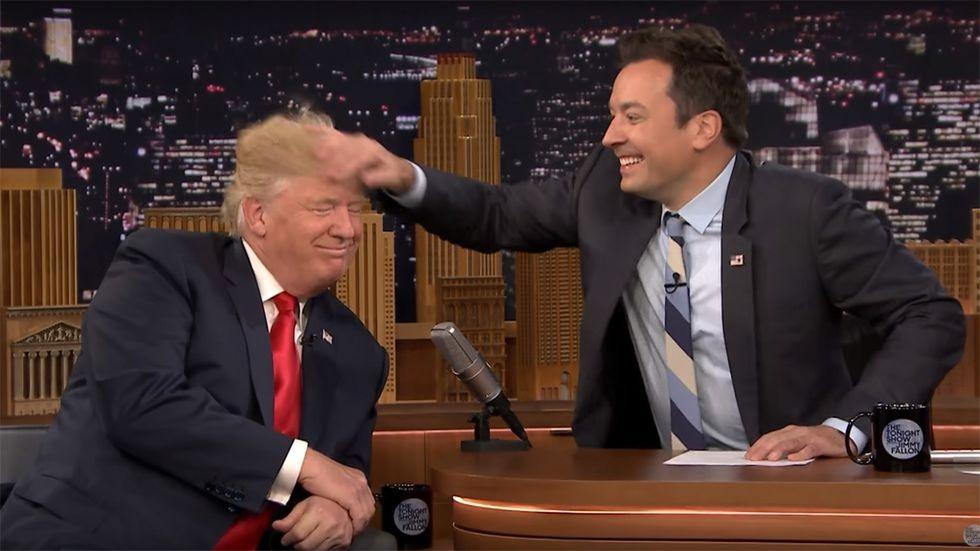 Ông Trump từng cho phép MC truyefn hình sờ lên đầu mình để chứng minh không dùng tóc giả.
