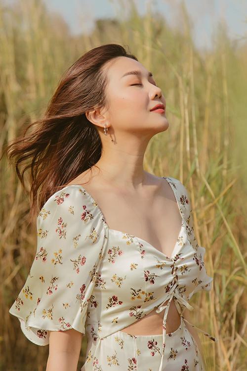 Váy hoa nhí tông màu trang nhã, thiết kế trên chất liệu chiffon lụa khiến hình ảnh của người mặc trở nên nhẹ nhàng và duyên dáng hơn.