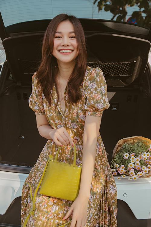Các mẫu đầm hoa Thanh Hằng lựa chọn ở đầu mùa nắng dễ ứng dụng cho hội chị em văn phòng khi đi làm, dạo phố và du lịch cuối tuần cùng bạn bè.
