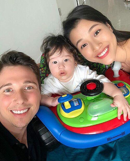 Vợ chồng MC Hoàng Oanh hào hứng selfie bên con trai còn lấm lem bột trên miệng.