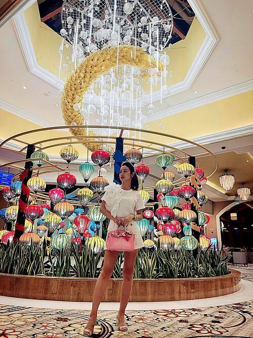 Hoa hậu Jennifer Phạm triết lý: Hoa sẽ không vì bạn lạnh nhạt mà sang năm không nở nữa. Nhưng người có thể vì sự bỏ lỡ của bạn mà chớp mắt trở thành người lạ.