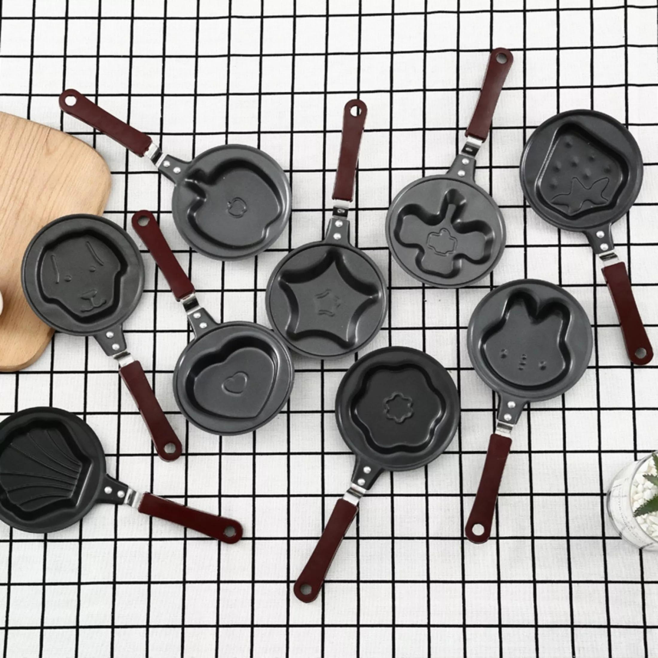 Nếu muốn có đa dạng hình dáng, các đầu bếp có thể chọn mua loại chảo mini dùng làm bánh hoặc chiên trứng với đầy đủ hình thù từ hình trái tim, gấu, thỏ, bông hoa, trái táo, ngôi sao đến mặt cười... Đường kính chảo 12 cm, làm từ chất liệu thép không gỉ và được tráng một lớp chống dính trên bề mặt, dễ chùi rửa, vệ sinh sau khi sử dụng. Chảo dùng được trên các loại bếp cảm ứng, có tay cầm chống nhiệt, chú ý không dùng cho lò vi sống. Sản phẩm có giá chỉ 28.500 đồng, giảm 42% so với giá gốc.