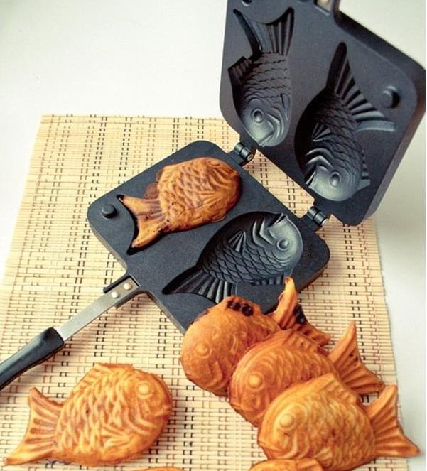 Ngoài những loại bánh nhỏ, các tín đồ yêu bếp có thể tạo ra những chiếc bánh Taiyaki hình cá với đủ các loại nhân từ ngọt đến mặn như đậu đỏ, đậu xanh, chà bông, xúc xích, pate... Mẫu khuôn làm bánh hình cá có giá 198.000 đồng trên Lazada có thể nướng cùng lúc hai chiếc bánh. Thiết kế dạng gập giúp dễ dàng đóng, mở, kèm tay cầm cách nhiệt, tránh gây bỏng trong quá trình nướng bánh. Bề mặt phủ lớp chống dính, không làm bánh bị dính vào khuôn, dễ dàng lấy ra, giữ nguyên hình dạng con cá. Đặt mua trên Lazada ngay tại đây.