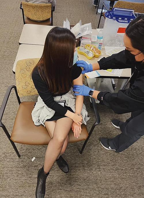 Ca sĩ Hương Tràm chia sẻ cảm xúc khi được tiêm vắc xin ngừa Covid-19 tại Mỹ: Chưa bao giờ hạnh phúc như thế khi có người tiêm cây kim vào người mình.
