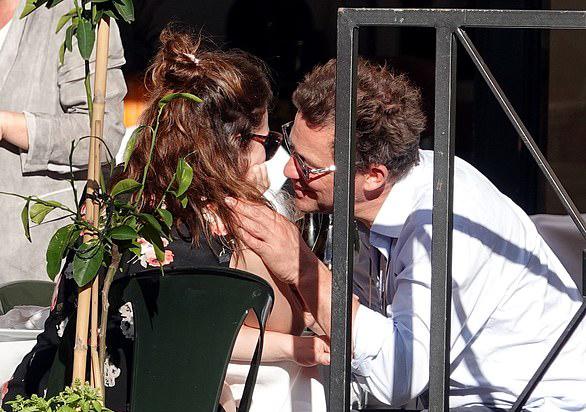 Lily James hôn tài tử Dominic West - người đã kết hôn và có bốn người con.