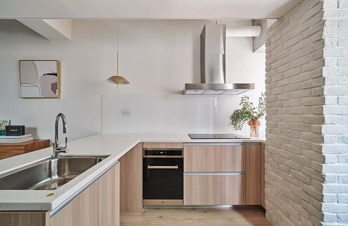 Phía đối diện là khu bếp với đầy đủ tiện nghi. Mặc dù diện tích hạn hẹp nhưng căn hộ có đủ nội thất tích hợp để đáp ứng nhu cầu gia chủ.