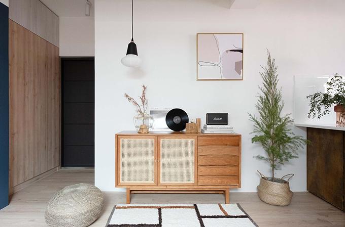 Đối diện góc chill là khu vực tiếp khách. Việc giảm thiểu các vật liệu, màu sắc giúp căn hộ rộng rãi hơn thực tế.