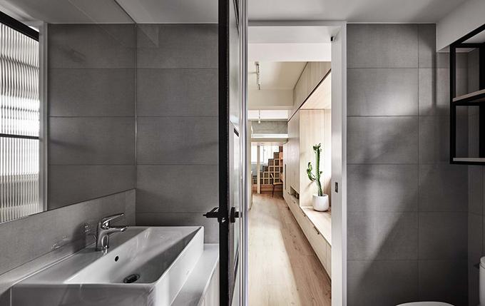 Phòng vệ sinh tối giản, hiện đại của gia chủ cũng đón được ánh nắng mặt trời.